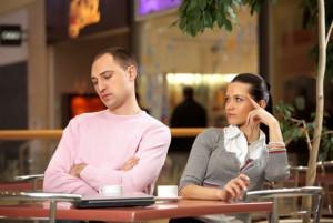 мужчина игнорирует женщину, которая ему нравится