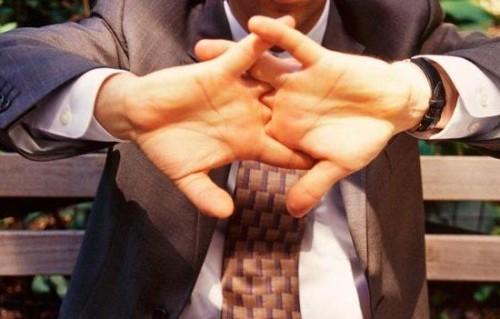 привычка «хрустеть» пальцами