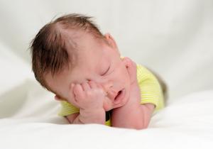 ребенок хочет спать и сильно плачет