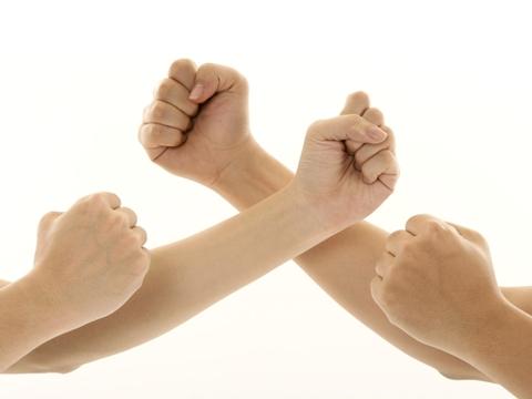сжать руку в кулак