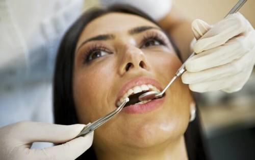 bolit-zub-otdaet-v-perenosicy