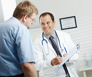 Эндокринолог осматривает член