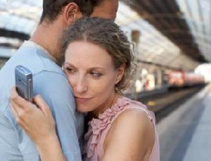 жена прячет свой телефон